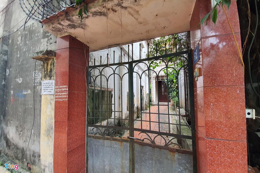 Ngôi nhà và mảnh đất xảy ra tranh chấp thường xuyên khóa cửa, bên ngoài dán giấy ghi do đang tranh chấp nên không mua bán, chuyển nhượng. Ảnh: Hoàng Lam.