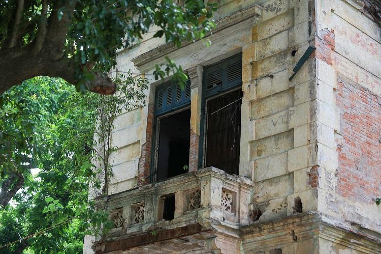 Trải qua hàng trăm năm xây dựng, căn nhà vẫn giữ được lối kiến trúc Pháp cổ xưa trong từng chi tiết nhỏ. 1