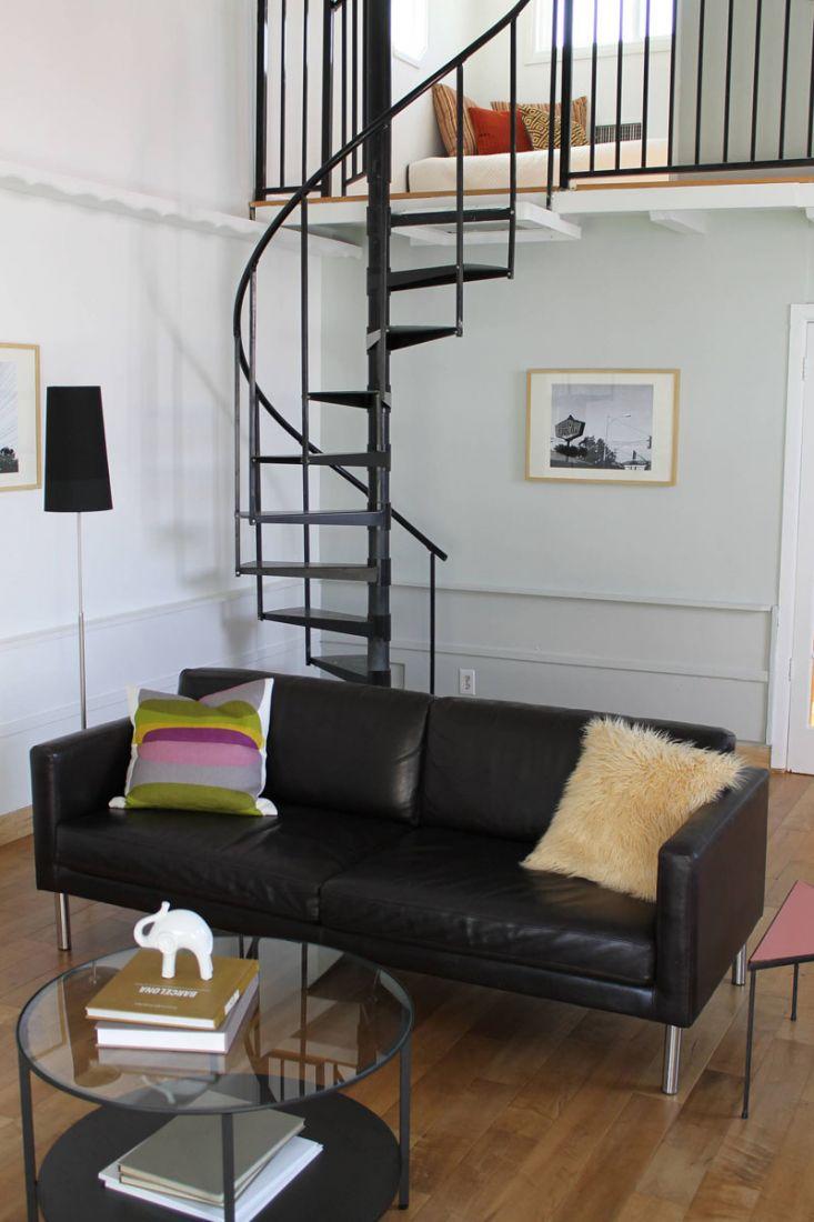 Chiếc cầu thang màu đen xoắn quanh trục vừa mang nét mềm mại vừa chứa đựng sự vững vàng, chắc chắn và an toàn. Giữa không gian nội thất hiện đại và cá tính, chiếc cầu thang trở thành điểm nhấn xinh đẹp và ấn tượng mà ta không thể bỏ qua.