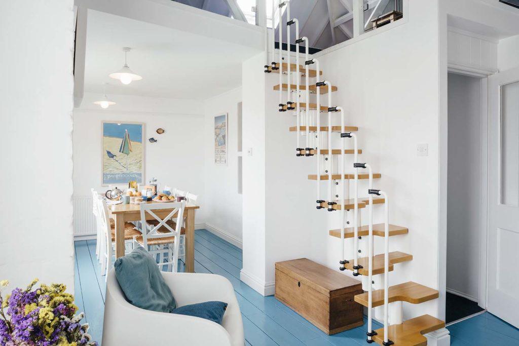 Cầu thang dạng treo với các bậc thang bằng gỗ, tay vịn bằng kim loại cũng là lựa chọn tối ưu giúp tiết kiệm diện tích mà vẫn đảm bảo được sự an toàn và thẩm mỹ.