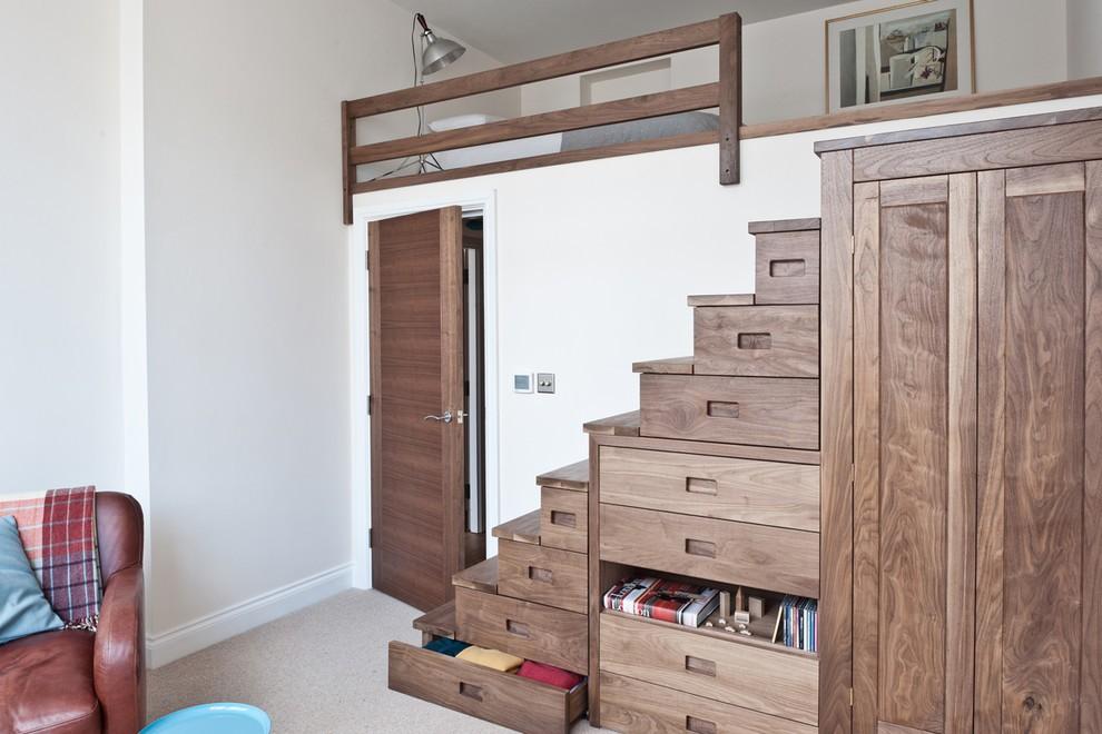 Ngôi nhà nhỏ này sử dụng đa phần mặt sàn tầng một để bố trí phòng khách và một phần nhỏ diện tích làm gác lửng. Việc sử dụng cầu thang kiểu hộp gỗ, tích hợp thêm chức năng lưu trữ rất tiện dụng cho chủ nhân ngôi nhà.