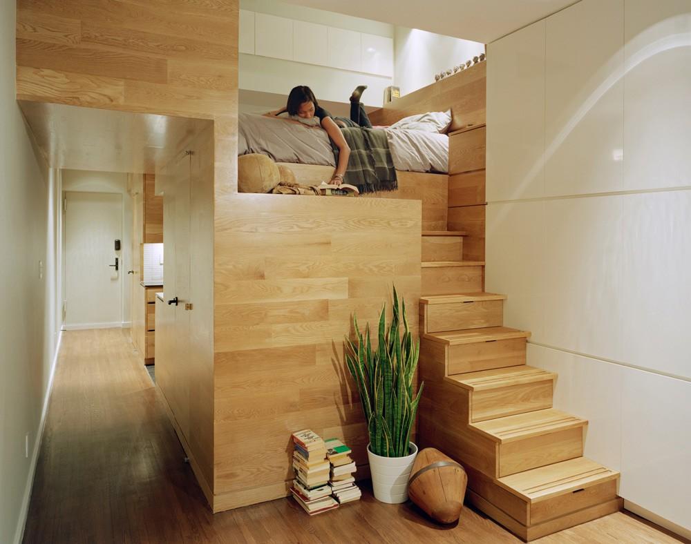 Những bậc cầu thang dẫn lên giường ngủ trên gác lửng này cũng là những chiếc tủ đựng quần áo. Chỉ một chiếc cầu thang đã giải quyết được cả hai chức năng, thay thế cho những cầu thang chiếm nhiều diện tích và tủ đứng cồng kềnh.