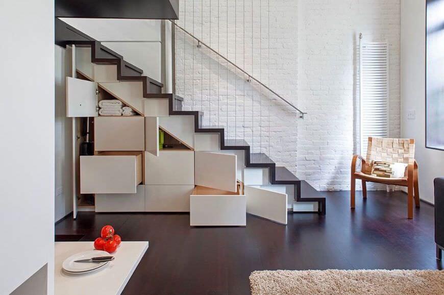 Sử dụng chất liệu gỗ sậm màu cho cả sàn nhà và cầu thang cũng là một lựa chọn hợp lý cho những ngôi nhà nhỏ chật hẹp. Phía bên dưới cầu thang được tận dụng tối đa cho mục đích lưu trữ đồ đạc nhằm tiết kiệm không gian.
