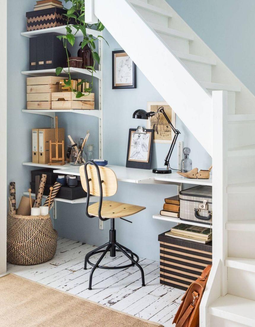Cầu thang bằng gỗ trắng đơn giản, gọn gàng phù hợp cho những ngôi nhà có không gian chật hẹp và được chủ nhà tận dụng không gian bên dưới phục vụ cho công việc của mình.