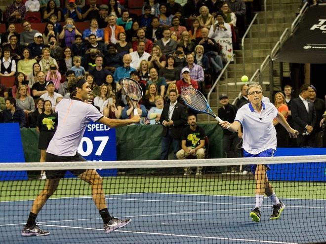 Tennis là môn thể thao ưa thích của Bill Gates. Trong ảnh là cảnh ông chơi tennis cùng tay vợt hàng đầu thế giới Roger Federer. Ảnh: Getty Images.