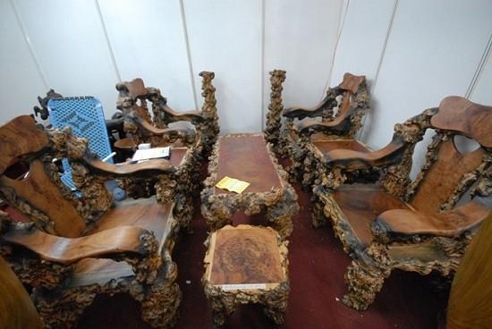 Bộ bàn ghế thô mộc, độc đáo được làm từ gỗ bằng lăng