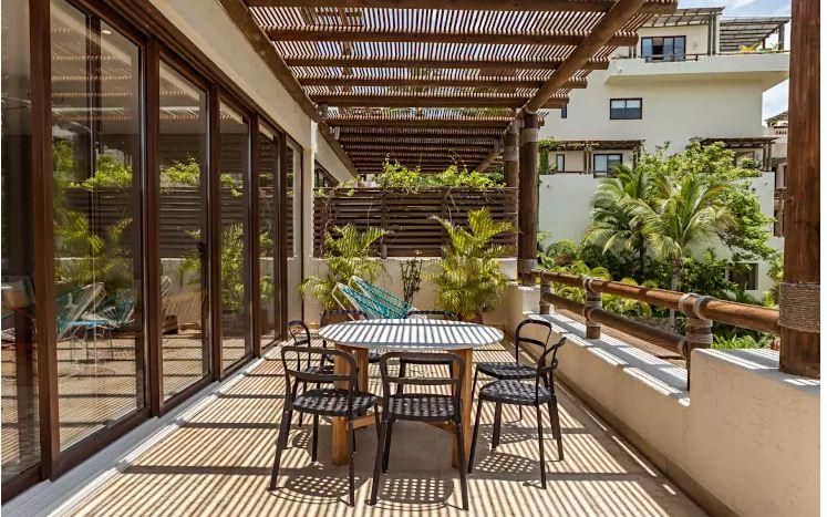 Lắp đặt mái che có đủ khả năng chắn ánh sáng gay gắt để bảo vệ cây cối.