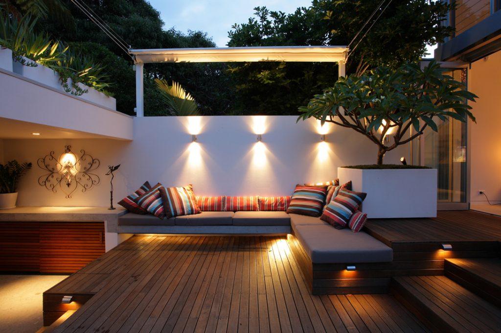 Bố trí đèn chiếu sáng cho khu vườn vào ban đêm.