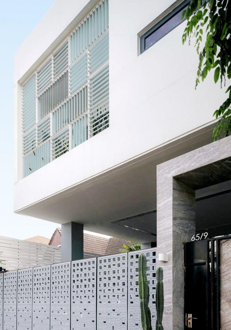 Ấn tượng ngôi nhà màu trắng cứng bên ngoài, mềm bên trong