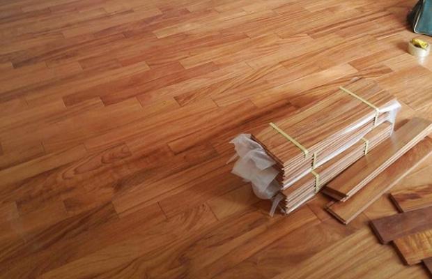 Sàn nhà được lát bằng gỗ thông