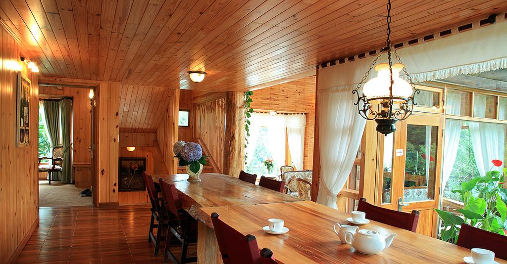 Không gian sống ấm cúng với đồ nội thất được làm từ gỗ thông