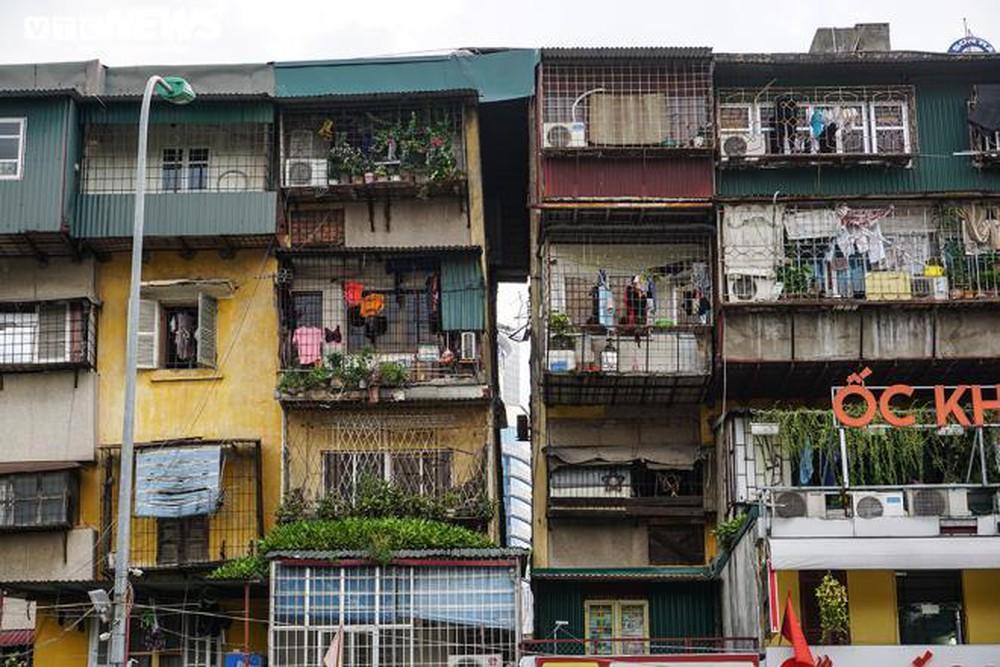 Bất động sản 24h: Cố bám trụ trong chung cư sắp sập