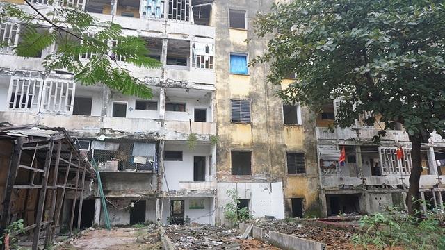 Tỉnh thông báo tình trạng nguy hiểm, dân vẫn quyết bám trụ chung cư 40 tuổi