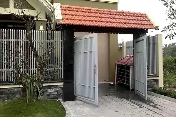Cổng mở ra ngoài sẽ giúp không khí lưu thông, mang lại may mắn tốt lành cho gia chủ