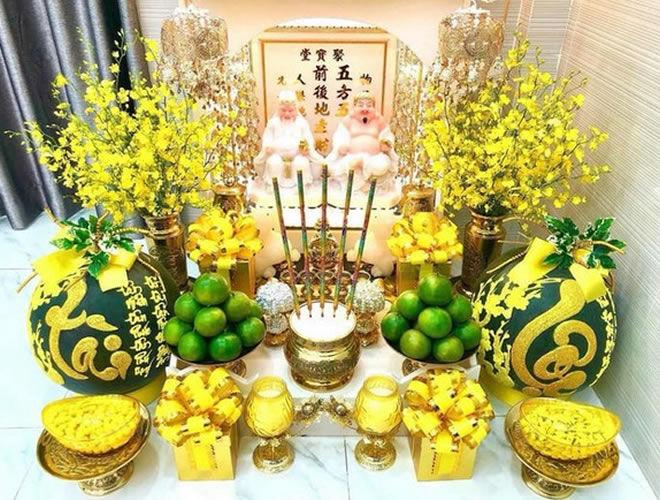 Cách cắm hoa Tết để bàn thờ đón tài lộc