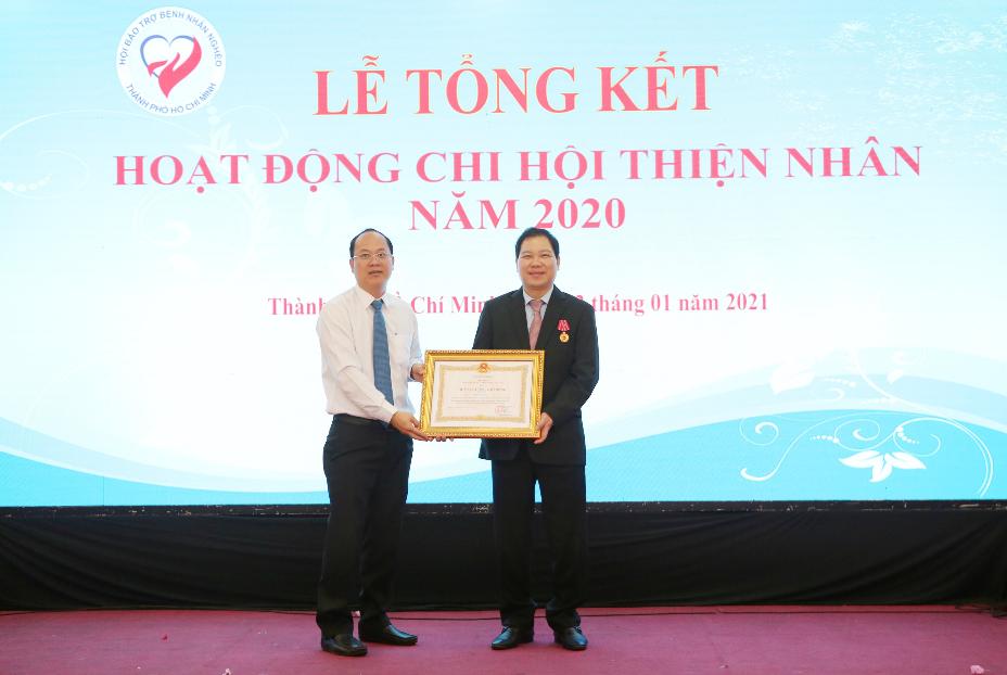 Đồng chí Nguyễn Hồ Hải, Phó Bí thư Thành Ủy TP. HCM đại diện trao Huân chương Lao động hạng 3 cho ông Bùi Mạnh Hưng - Chủ tịch Công ty CityLand
