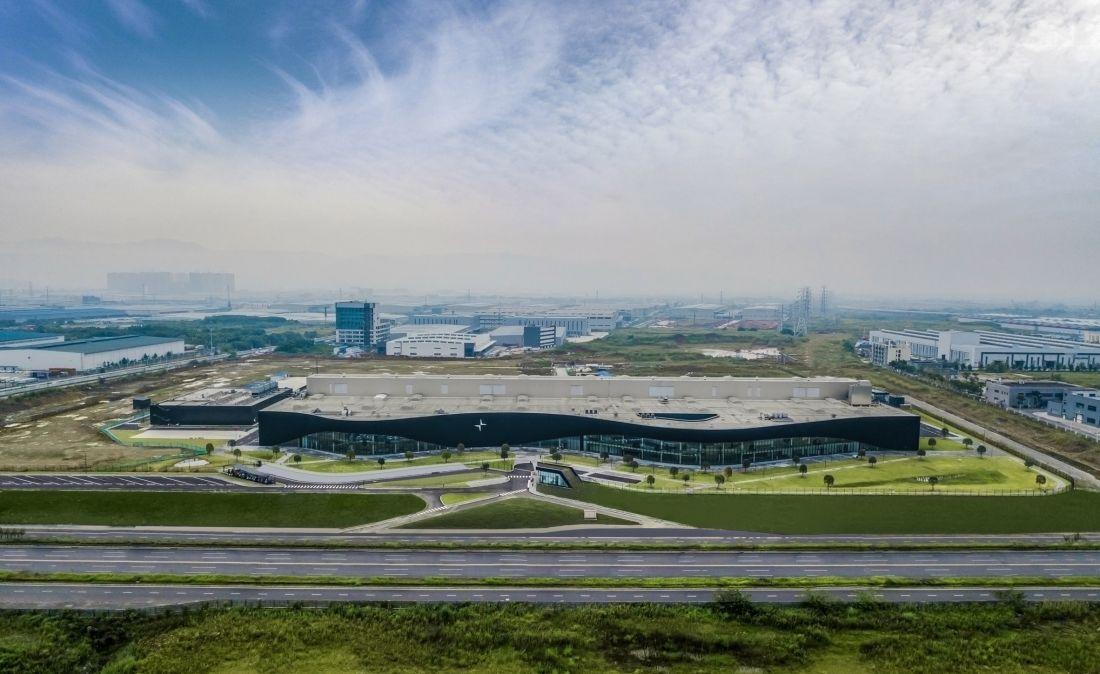 Độc đáo nhà máy sản xuất ô tô với mặt tiền màu đen gợn sóng ở Trung Quốc