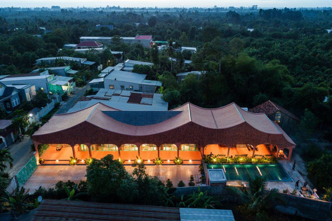 Khách sạn với kiến trúc mái ngói đan độc nhất vô nhị tại Cao Lãnh
