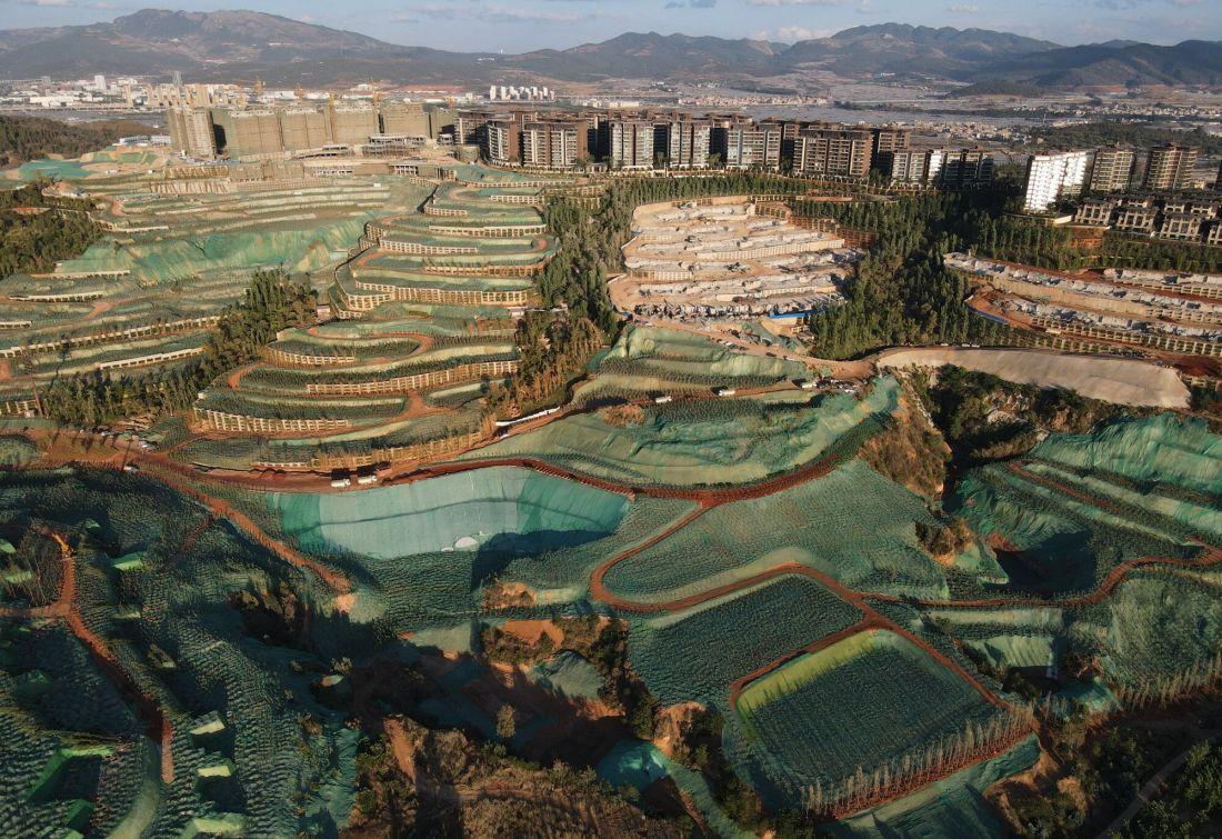 Trung Quốc: Choáng ngợp với gần nghìn khối bê tông trái phép sừng sững mọc trên núi [NEW]