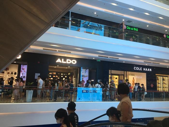 Trung tâm thương mại Hà Nội đông nghịt người như chưa hề có dịch Covid-19 [NEW]