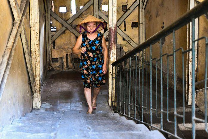 Khu tập thể ở Hà Nội chằng chịt xích và cột chống [NEW]
