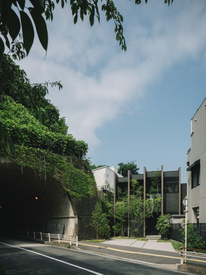 Ngôi nhà được tạo bóng mát bởi đường hầm và tường chắn xuyên qua núi ở Nhật Bản