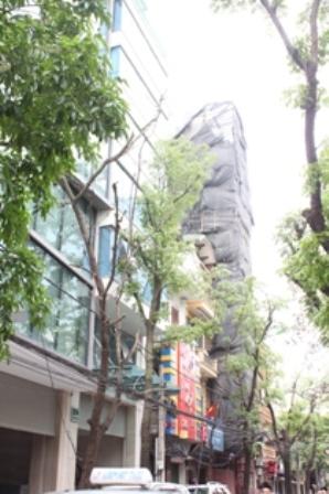 """Các công trình """"quy mô lớn"""" nhưng """"không phù hợp với cảnh quan và nội dung giấy phép"""" trên phố Triệu Việt Vương ."""