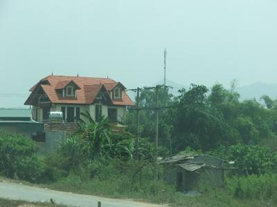 Nhiều biệt thự xây dựng trên đất nông nghiệp. Ảnh: Tuấn Minh