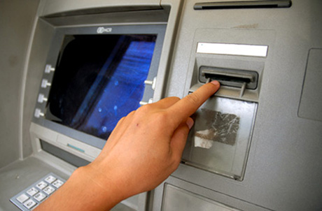 Lượng tiền gửi qua thẻ ATM tại hệ thống ngân hàng không phải nhỏ. Ảnh: Hoàng Hà.