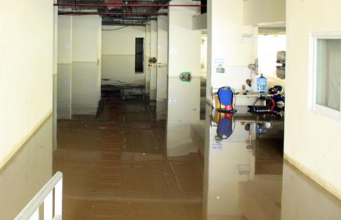 Nước bên ngoài tràn vào gây ngập tầng hầm cao ốc. Ảnh: An Nhơn