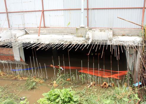 Khu vực bức tường bị bể khiến nước từ bên ngoài tràn vào cao ốc. Ảnh: An Nhơn