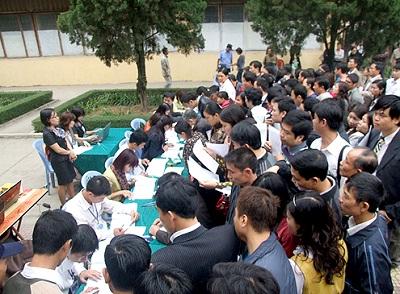 Người dân đăng ký mua nhà thu nhập thấp tại Vinaconex Xuân Mai