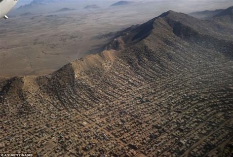 Với sự tăng trưởng dân số nhanh chóng, hiện nay dân số của thủ đô Kabul lên tới khoảng 5 người khiến cuộc sống của người dân ở đây vẫn còn gặp nhiều khó khăn. Những ngôi nhà của họ được xây dựng bằng đất bùn, điện được lấy từ máy tuabin chạy hơi nước