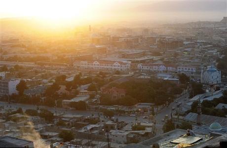 Hình ảnh người phụ nữ Afghanistan thức dậy trên mái nhà của mình vào buổi bình minh