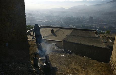 Đây là cách người dân nơi đây đun nước. Họ đặt chiếc lò bên ngoài căn nhà bằng đất của mình để nấu nướng