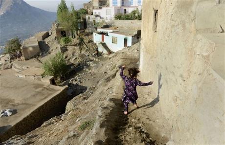 Bé gái ở thủ đô Kabul chạy nhảy trên sườn núi