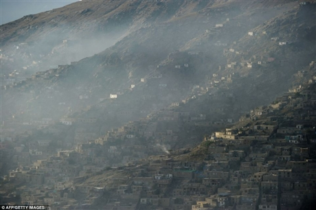 Ngoại ô thủ đô Kabul có khoảng 1 triệu dân trong đó có 23% hộ nghèo. Trong ảnh là cảnh vùng ngoại ô Kabul chìm trong sương sớm
