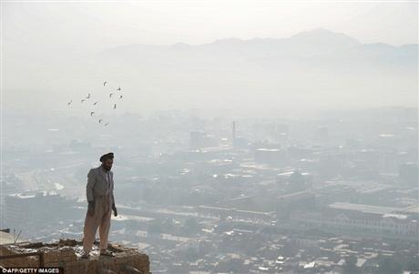 Một cư dân thủ đô Kabul đứng trên căn nhà đang xây dở của ông. Căn nhà của ông nằm ở trung tâm thủ đô Kabul song không có dấu hiệu nào cho thấy đấy là một căn nhà khang trang