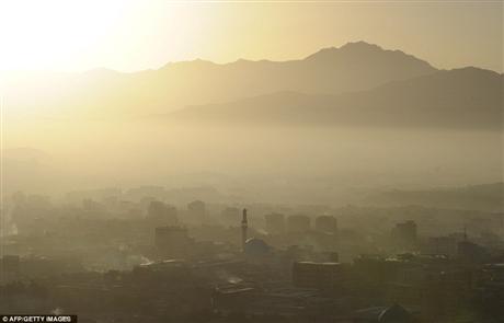 Mặc dù là thủ đô song những người Afghanistan vẫn phải cư trú trong các khu ổ chuột và các khu trại, thiếu điện và thiếu nước