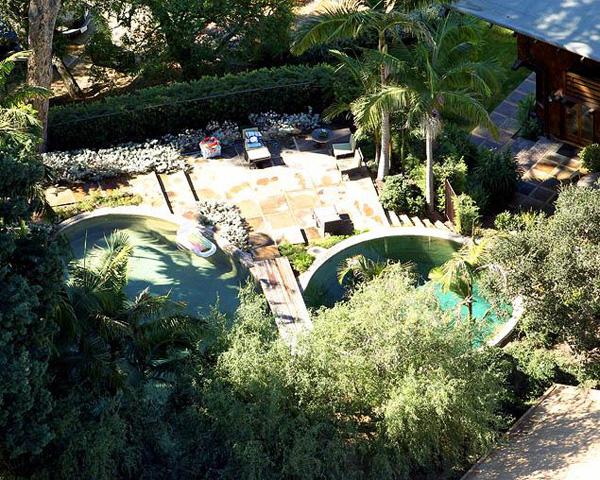 Biệt thự có rất nhiều bể bơi nhỏ cho lũ trẻ bơi lội.