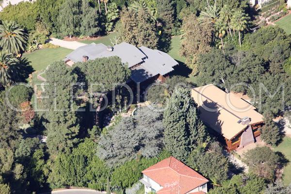 Quanh ngôi nhà lớn còn có một vài ngôi nhà nhỏ nằm trong villa của cặp đôi.