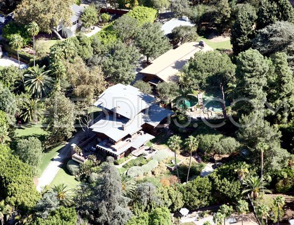 Biệt thự xanh tươi và rộng rãi này chỉ là một trong số nhiều bất động sản giá trị của Jolie-Pitt. Cặp đôi còn có lâu đài rộng lớn ở miền nam nước Pháp và một biệt thự ở Sussex, Anh.
