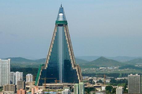 Khách sạn Ryugyong tại thủ đô Bình Nhưỡng, CHDCND Triều Tiên đang trong giai đoạn hoàn thành với toàn bộ 105 tầng. Khách sạn được thiết kế theo kiểu tháp nhọn giống như đầu của mũi tên đang bay lên trời