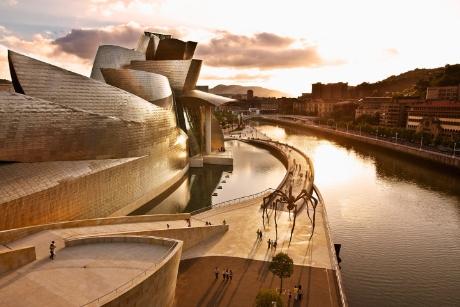Bảo tàng Guggenheim Bilbao tại Tây Ban Nha nằm bên dòng sông