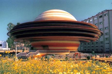 Trạm thiên văn Indira Gandhi tại Lucknow, Ấn Độ hoàn thành năm 2003 với nhiều màu sắc sặc sỡ. Trạm thiên văn này có đường kính 21,3 mét và trông giống như hình ảnh một hành tinh đang quay