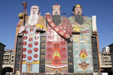 """Đến Trung Quốc bạn sẽ nhìn thấy khách sạn Tianzi tại tỉnh Hà Bắc với bề ngoài là ba ông """"Phúc, Lộc, Thọ"""""""