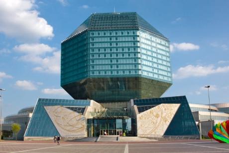 Thư viện quốc gia Belarus được thiết kế theo hình viên kim cương. Bề ngoài của tòa thư viện này đều được lắp hệ thống kính. Về đêm, thư viện này trông như một chiếc nhẫn đính hôn có viên kim cương khổng lồ