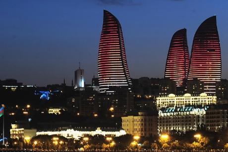Hệ thống tòa nhà Azerbaijan gồm khách sạn Fairmont, văn phòng và trung tâm mua sắm tựa như ba ngọn lửa đang cháy trong đêm