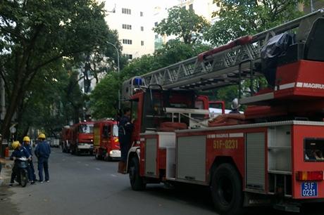 Nhiều xe cứu hỏa xuất hiện tại hiện trường. Ảnh: Lê Nguyễn