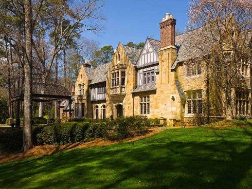 Biệt thự được xây dựng theo phong cách Tudor với cửa ra vào và các cửa sổ bố trí tùy hứng.